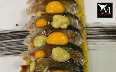 Falsa coca de tortilla de bacalao con shimesaba, curry verde thai y mango