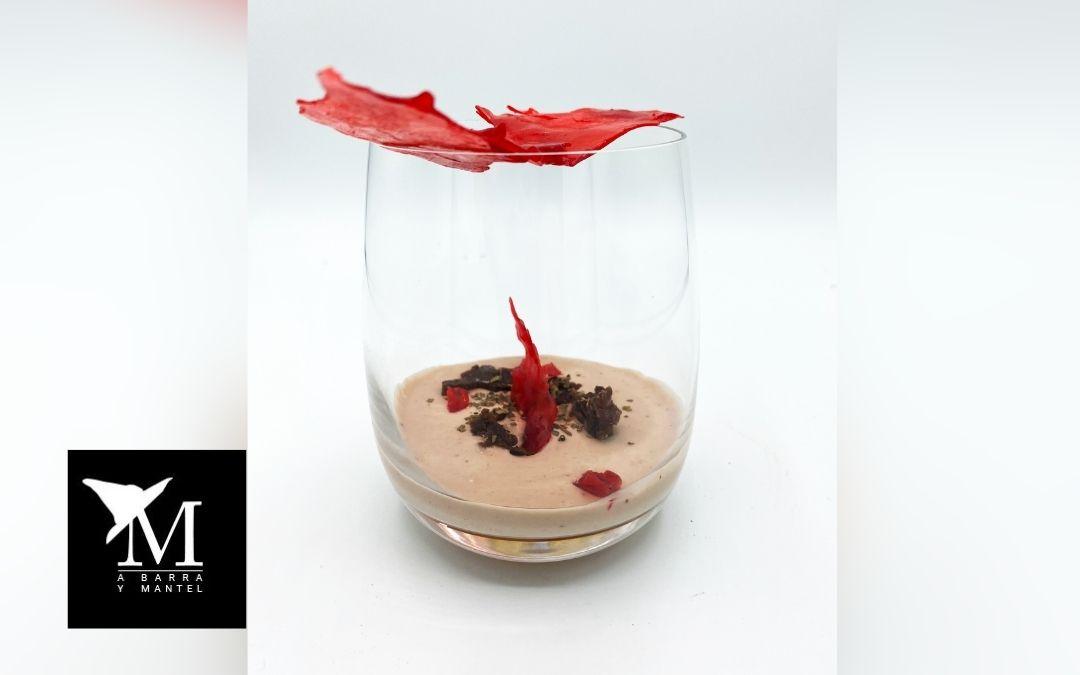 Petit-suisse de fresa, brownie poblano y caramelo de piemienta rosa